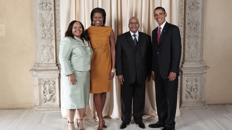 Jacob Zuma y su segunda esposa Nompumelelo Ntuli junto al matrimonio Obama en 2009
