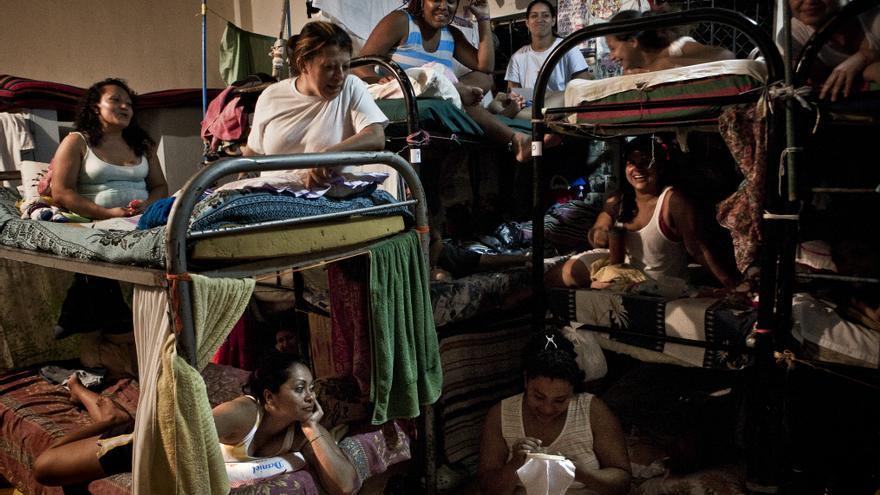 En el centro penal para mujeres de Ilopango, 1.800 internas comparten un espacio adecuado para 400, más de un 400% de sobrepoblación. Las internas se ven obligadas a compartir colchón, dormir debajo de las literas y en los pasillos de las celdas. / Pau Coll / RUIDO Photo.