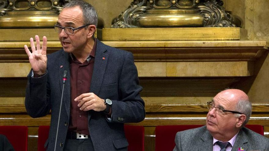 El portavoz de CSQEP, Joan Coscubilela (i), junto a Lluís Rabell (d), presidente del grupo parlamentario