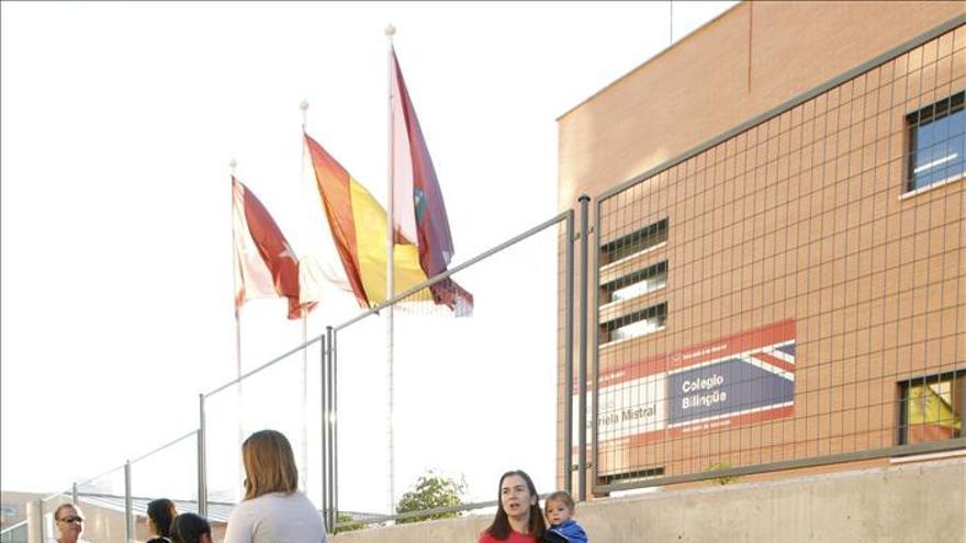 Dos niños se muestran su libros en el colegio Gabriela Mistral, en La Tablas.