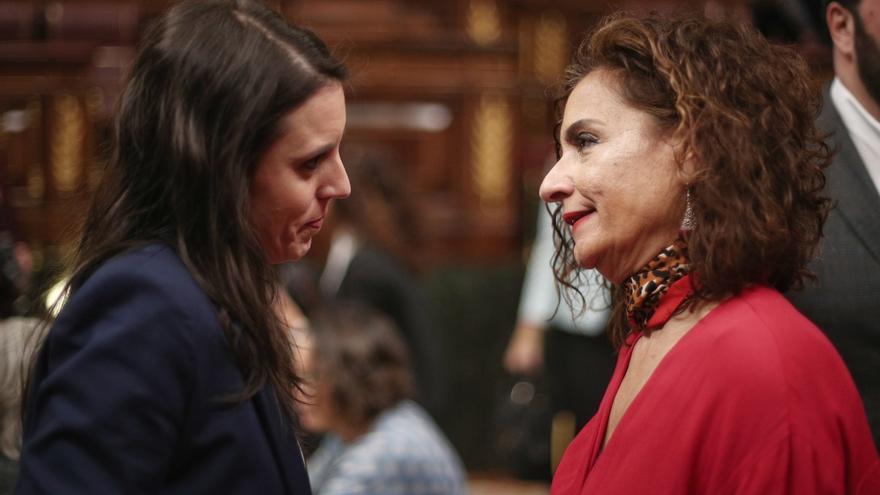 La ministra de Hacienda conversa con la de Igualdad