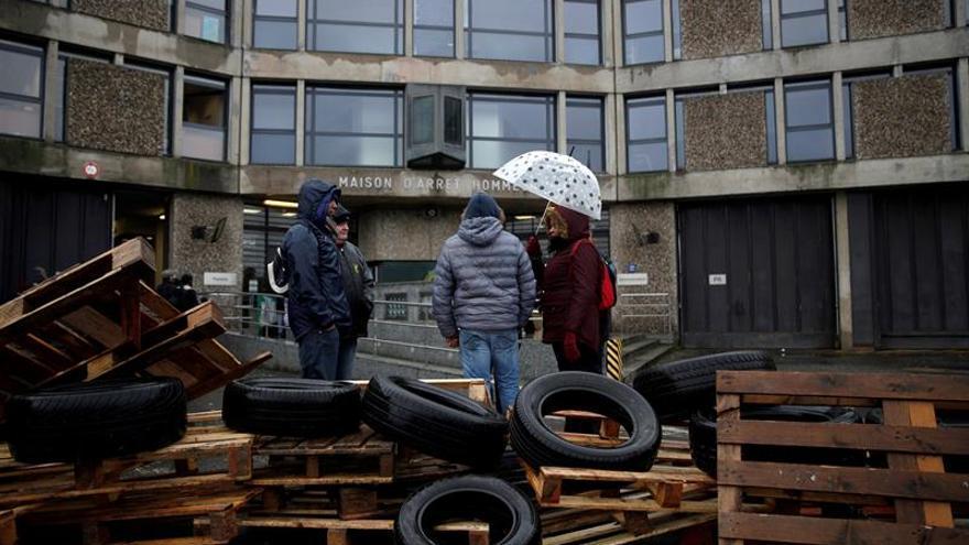 Los vigilantes bloquean cárceles en Francia para reclamar mayor seguridad