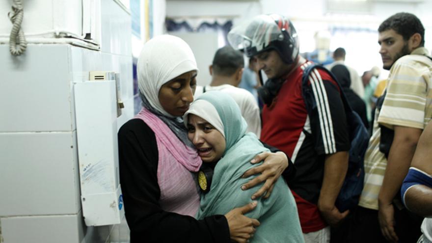 Partidarios del depuesto presidente egipcio Mohammed Morsi reaccionan después de identificar el cuerpo de un familiar muerto en el-al Adaweya Centro Médico Rabaa en el distrito de Nasr City el 14 de agosto de 2013, de El Cairo, Egipto. © Ed Giles/Getty Images