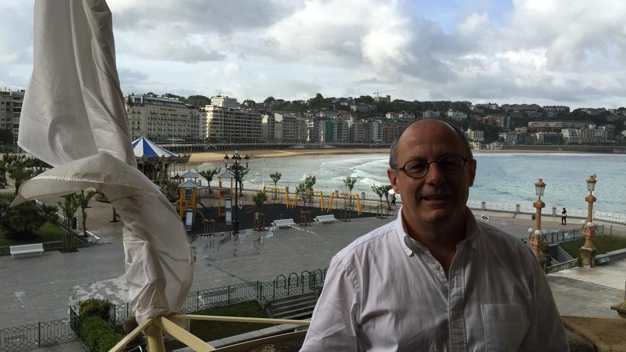 Juan Karlos Izagirre, en la balconada principal del Ayuntamiento de Donostia.