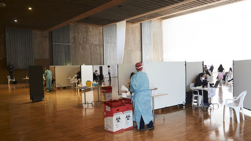 Una profesional sanitaria en el dispositivo de vacunación masiva frente al Covid-19, en el Palacio de Exposiciones y Congresos de Santander. Archivo