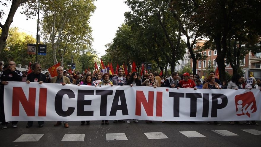 """Miles de personas se manifiestan en Madrid en contra del TTIP y el CETA: """"No son tratados, son golpes de Estado"""""""