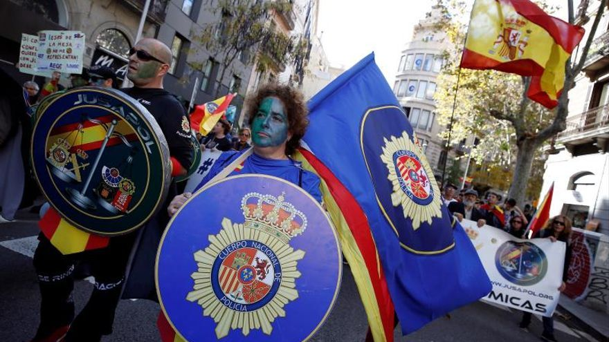 Unos 1.500 policías de Jusapol marchan en Barcelona, custodiados por Mossos