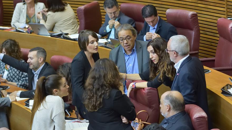Momento de receso en el pleno en el que los grupos debatían las enmiendas a la Ley de Incompatibilidades