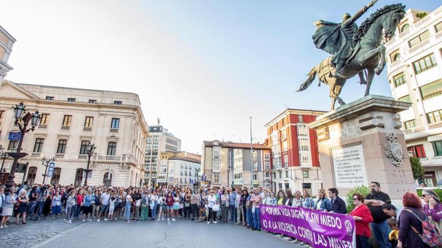 Unos doscientos concentrados rechazan la violencia machista en Burgos