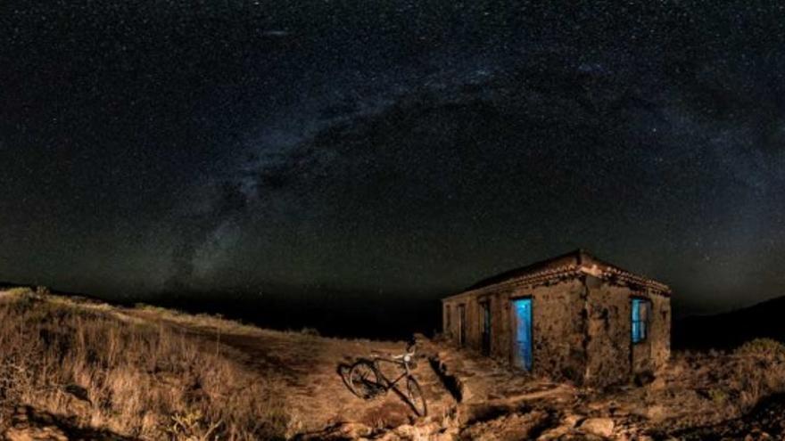 Primer premio modalidad 'Paisaje Astronómico desde La Palma'. Título: El Palmar de Garafía.  Autor: Alexis Javier Acosta Simón (España–La Palma).