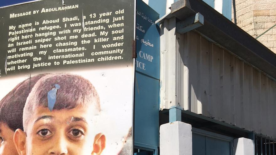 Shadi Obeidallah, padre de Abdulrahman Shadi, en frente del mural en memoria de su hijo.