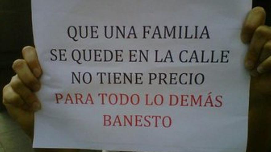 Cartel de protesta en favor de la familia. (STOP DESAHUCIOS)