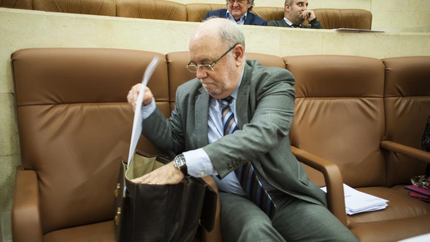 El consejero de Economía de Cantabria, Juan José Sota, en el Parlamento.   JOAQUÍN GÓMEZ SASTRE
