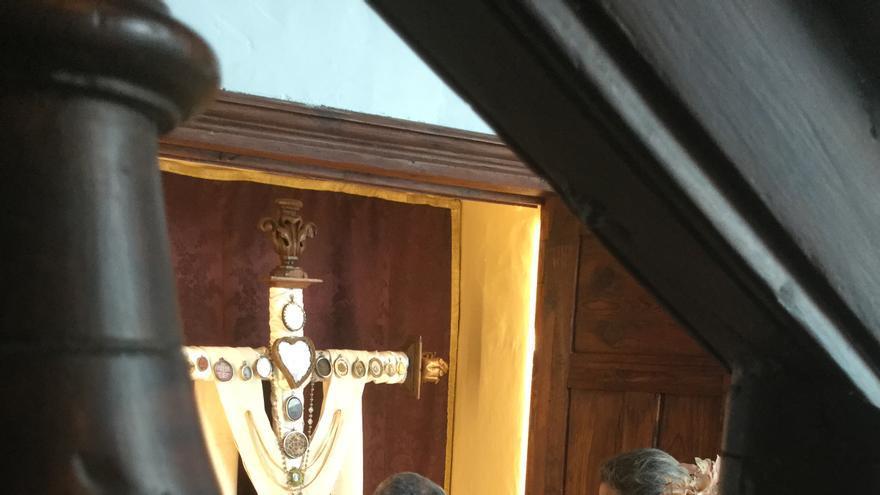 Engalanamiento de la 'Cruz de Cayetano'.