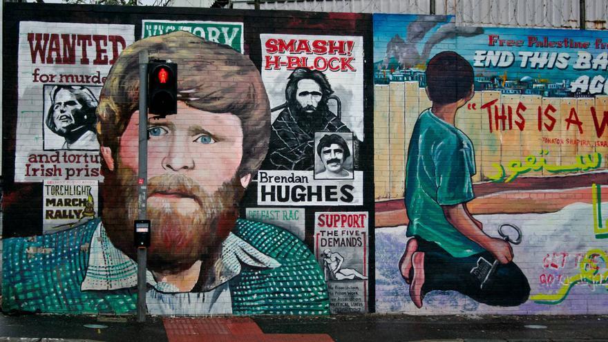 Murales de contenido político en International Wall, en el barrio católico de Belfast.
