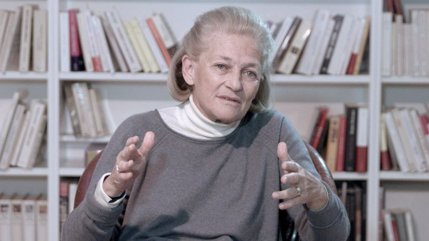 La filósofa feminista francesa Elisabeth Badinter durante su entrevista en M-otherhood.