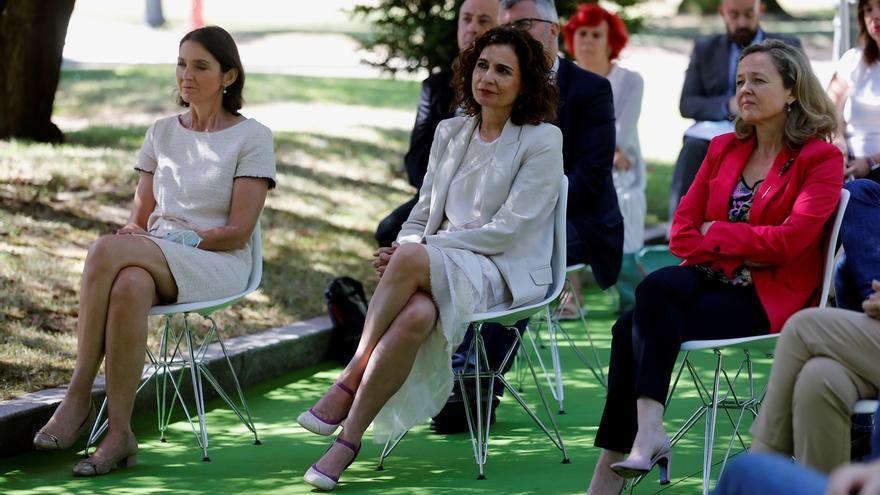 """Las ministras de Industria y Turismo, Reyes Maroto (i), Hacienda, María Jesús Montero (c) y Economía, Nadia Calviño (d) durante la firma del """"Acuerdo por la reactivación económica y el empleo"""" en el palacio de la Moncloa, en Madrid este viernes."""