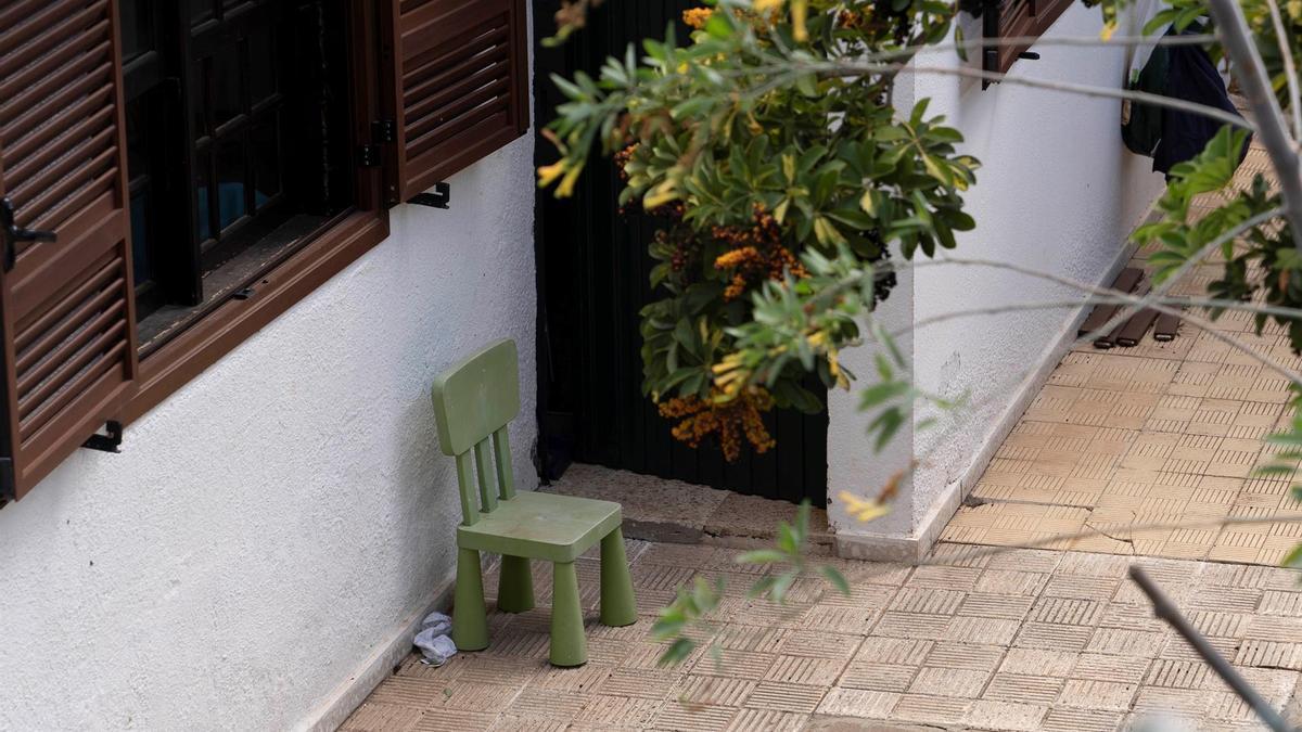 Registro en la vivienda de Tomás Gimeno, que presuntamente secuestró a sus hijas menores. EFE/Miguel Barreto