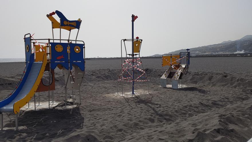Parque infantil que se está acondicionando en la playa de Santa Cruz de La Palma.