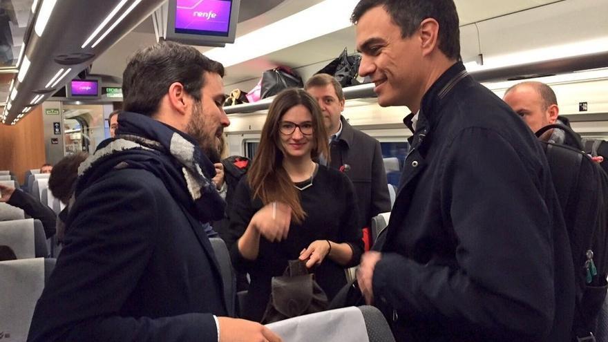 Pedro Sánchez y Alberto Garzón coinciden en el AVE que les lleva a Valencia para sus mítines