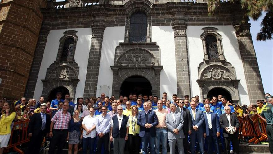 La plantilla de la Unión Deportiva Las Palmas en la ofrenda a la Virgen del Pino tras el ascenso a Primera División (EFE/Elvira Urquijo A.).