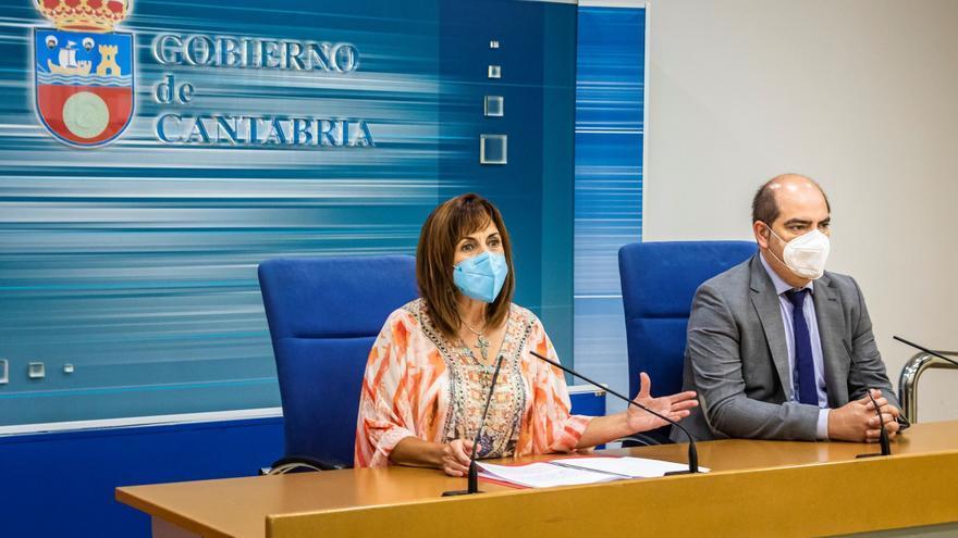 La consejera de Empleo, Ana Belén Álvarez, y el director del EMCAN, José Manuel Callejo, informan en rueda de prensa sobre los cursos de formación profesional para desempleados.