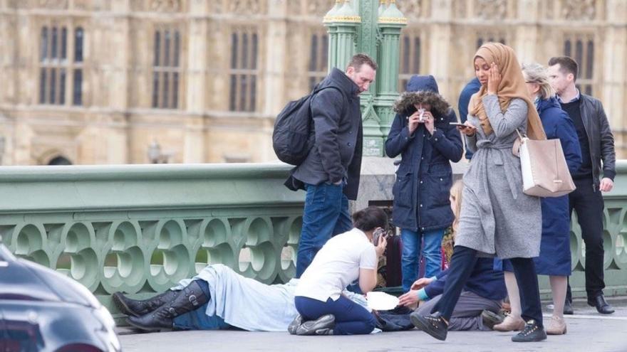 Chica con velo islamofobia Londres.