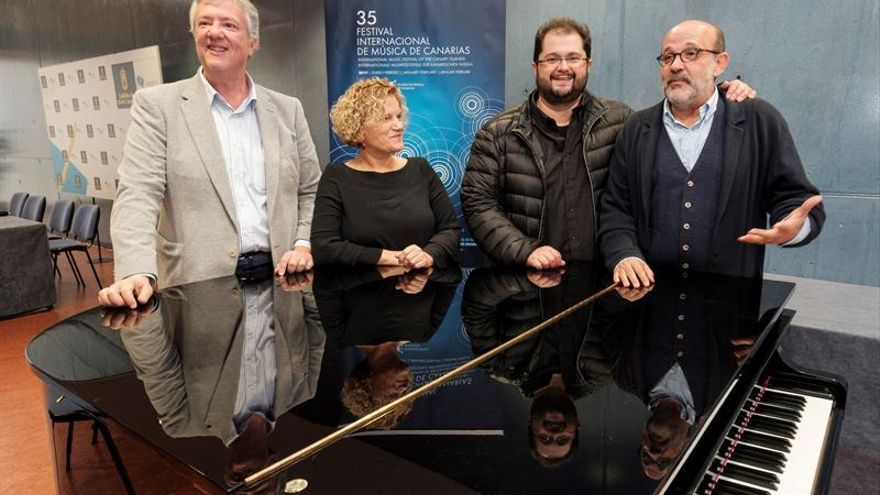 """El director del Festival de Música de Canarias, Jorge Perdigón (d), acompañado del tenor Celso Arbelo (2º d), presentó la versión del """"Réquiem"""" de Verdi que se va a interpretar este fin de semana en la XXXV edición del Festival. EFE/Ángel Medina G."""