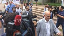 El exdirector de Seguridad de Adif imputado, Andrés Cortabitarte, abandona el juzgado de Santiago en presencia de víctimas del accidente de Angrois