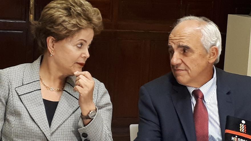 La expresidenta brasileña Dilma Rousseff junto al exmandatario de Colombia Ernesto Samper.