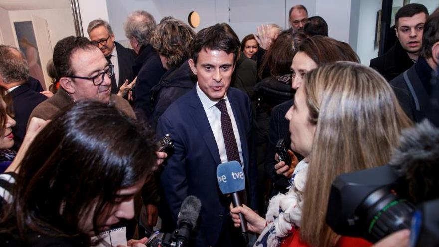 Manuel Valls inaugura en París una retrospectiva de la obra de su padre