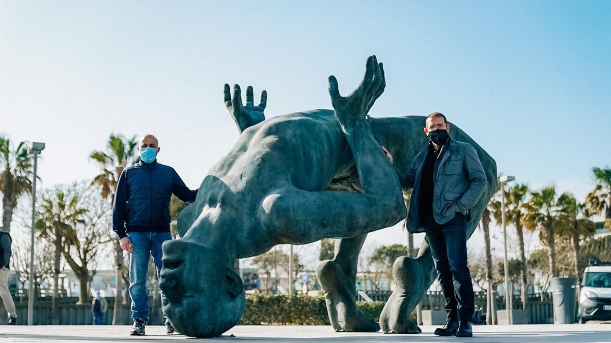 El dúo de escultores Coderch Malavia junto a su obra.