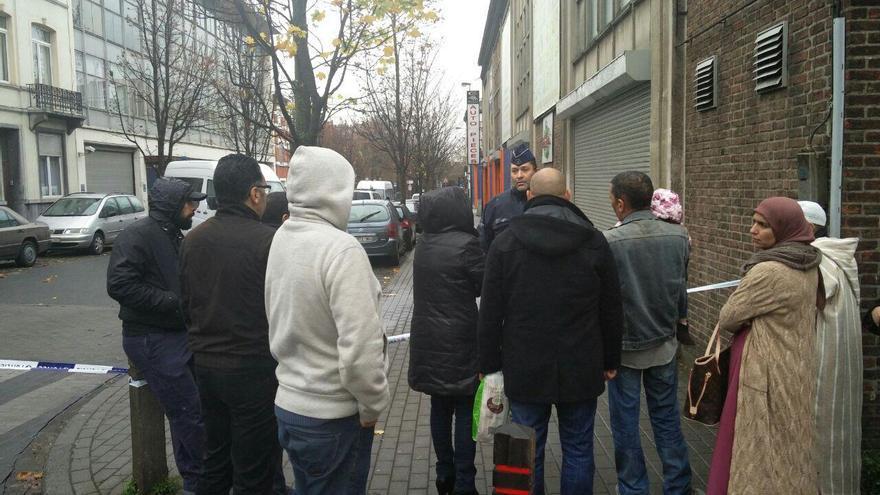 Vecinos del barrio de Molenbeek intentan volver a su casa tras la operación policial / Foto: Pablo García