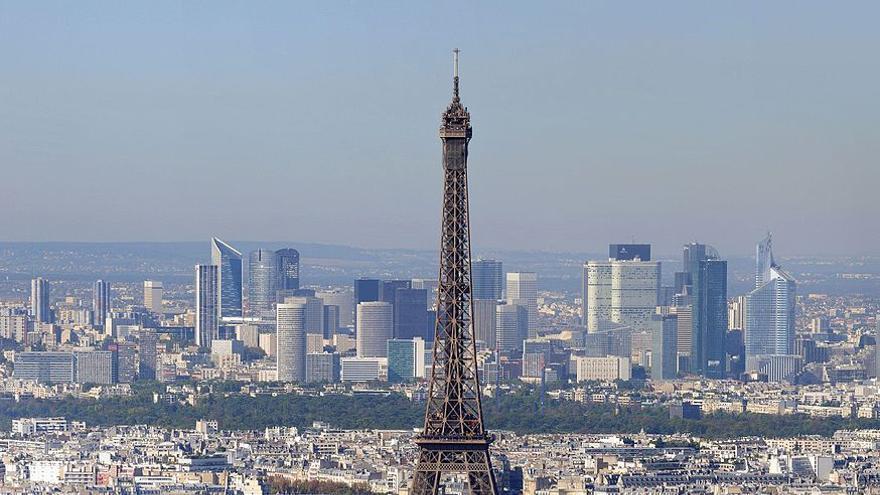 La torre Eiffel con los rascacielos del distrito de La Défense al fondo