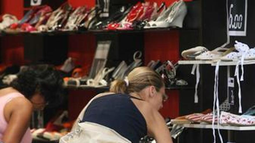 Gente comprando zapatos