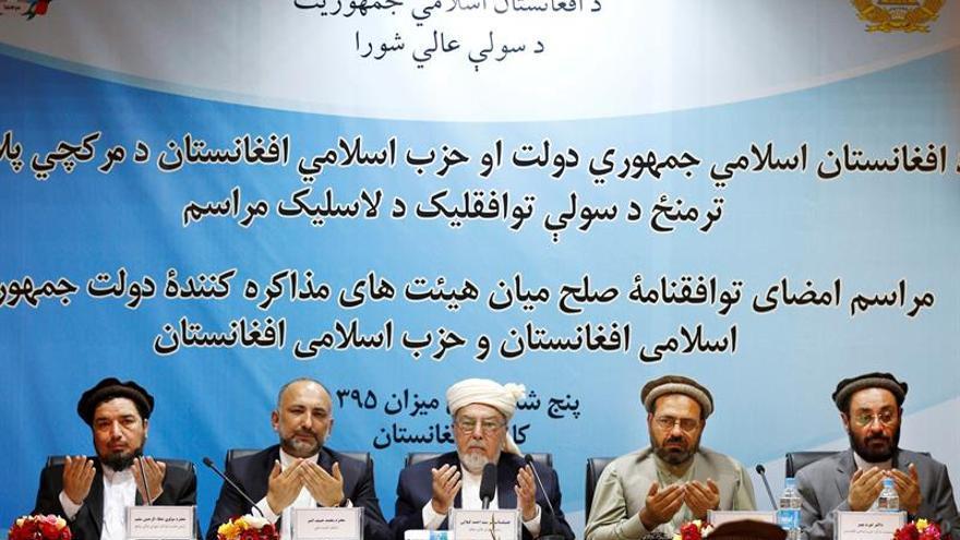 Un líder insurgente afgano firma la paz por videoconferencia desde un lugar oculto