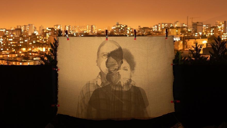 """Fotografía cedida este jueves, por el concurso fotográfico """"El Mundo desde mi Ventana"""" que muestra una vista de una proyección de la fotografía """"Mis padres"""", de Morfi Jiménez, uno de los ganadores del concurso fotográfico."""