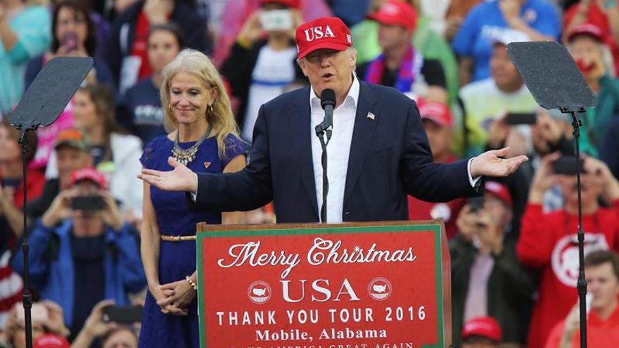 Trump juega al golf antes de despedir el año de su victoria
