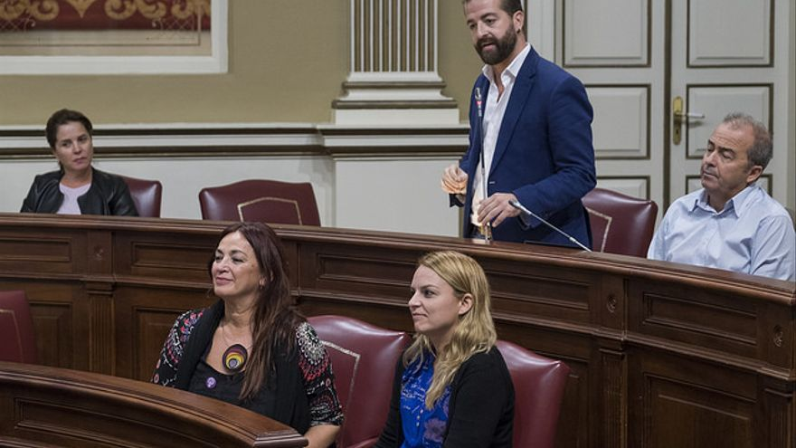 El diputado de Podemos Juan Márquez (de pie), junto al resto de compañeros de su partido en el Parlamento