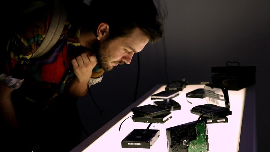 La exposición 'DEL?No, wait!REW' parte de los archivos recuperados de discos duros anónimos