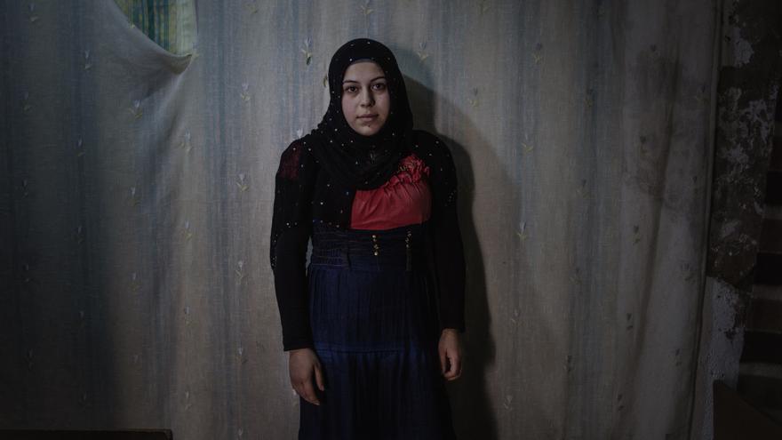"""Es raro encontrar a niñas viajando solas. Salima llegó a Marruecos con su familia, su papá estaba enfermo del corazón y su mamá """"no se separaba de él"""", cuenta José. Así que ella cruzó sola la frontera con España a los 15 años. En seguida entró en el sistema de protección, las niñas se consideran de mayor vulnerabilidad y las autoridades suelen hacerse cargo. Ahora está en Barcelona, donde también le fue concedido el asilo a su hermano mayor de edad, y se ha casado hace poco. Caminando por las Ramblas, días atrás José reconoció a un familiar de Salima, así que espera poder volver a verla pronto. Esta foto la tomó en 2014, en una casa diminuta de apenas 20 metros cuadrados en Melilla que compartía con otras familias sirias. Salima sigue viajando a menudo a Marruecos para visitar a sus padres en Nador."""
