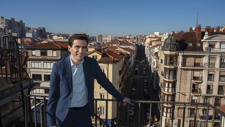 Pedro Casares, candidato socialista a la Alcaldía de Santander, con la calle Magallanes al fondo. | JOAQUÍN GÓMEZ SASTRE