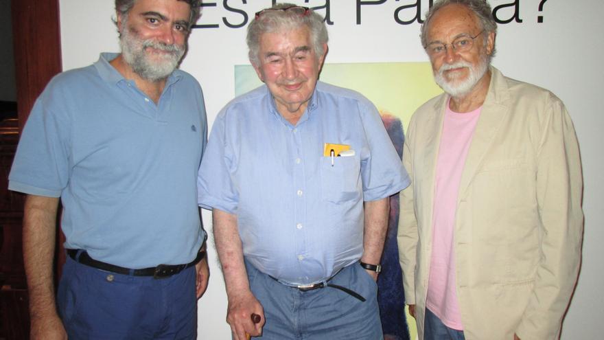 Rodríguez, Gamoneda y Fierro posaron al final de la tertulia. Foto: LUZ RODRÍGUEZ