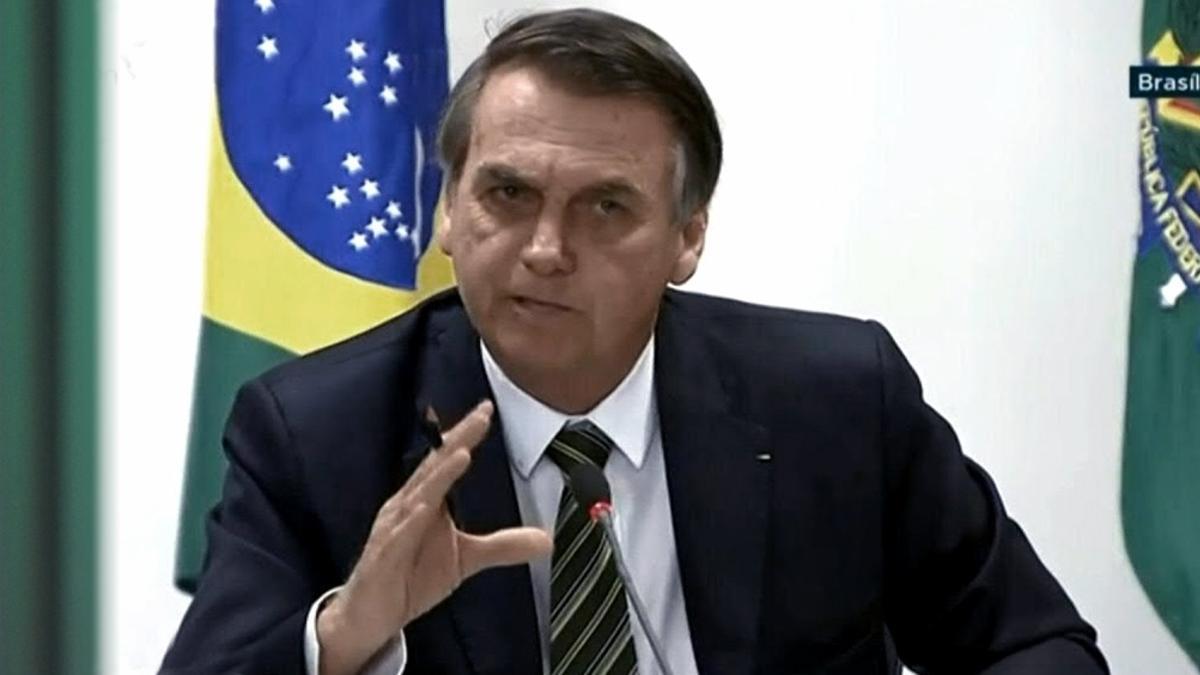 """""""Al tratar como víctimas a traficantes que roban, matan y destruyen familias, los medios y la izquierda ... ofenden gravemente al pueblo, que sigue siendo el rehén de los criminales"""",  tuiteó Bolsonaro."""
