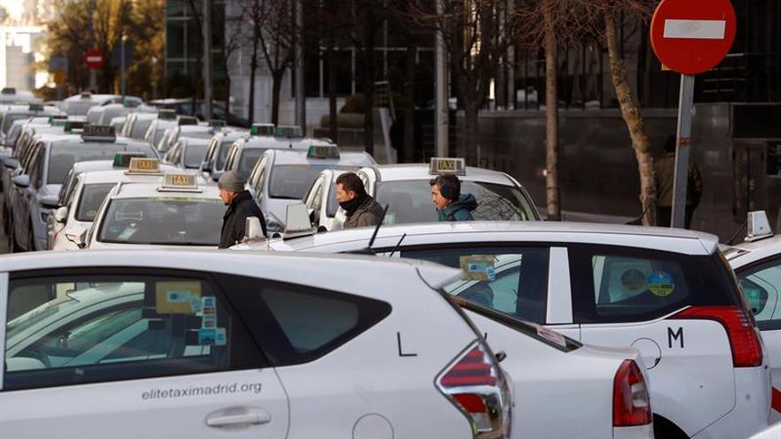 """Los taxistas exigen una regulación """"de mínimos"""" de los VTC"""