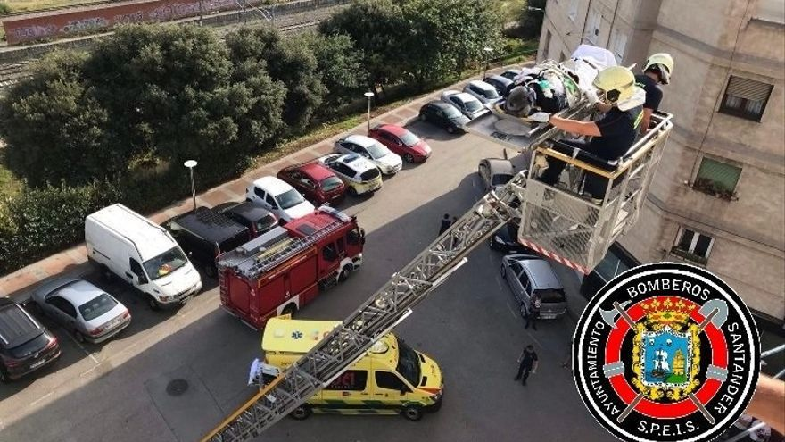 Los bomberos evacúan con la autoescala a un hombre con parada cardiaca por la difícil accesibilidad del edificio