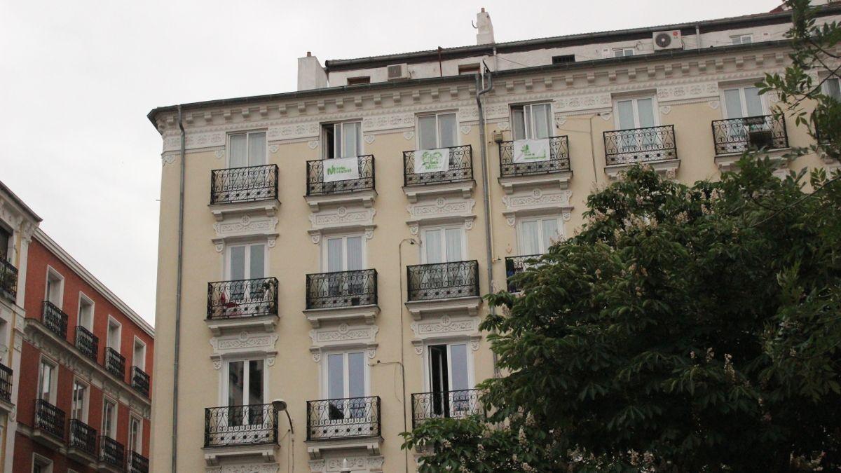 Pancartas de Más Madrid en varios balcones de la Plaza de Chueca | SOMOS CHUECA