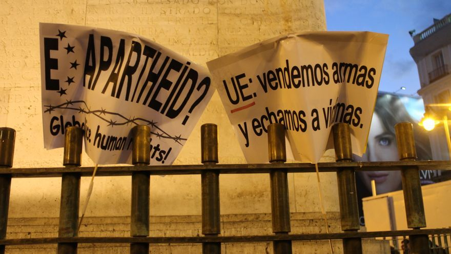Varios carteles en contra de la política de la UE sobre refugiados, clavadas en una verja en la Puerta del Sol, Madrid, el 16 de marzo de 2016. | Laura Olías.