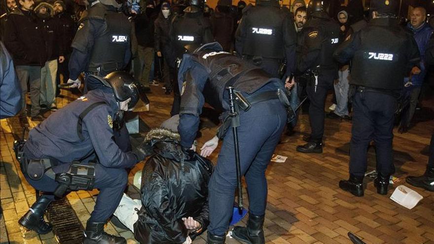 Un detenido, lunas de bancos rotas y daños en mobiliario urbano en disturbios