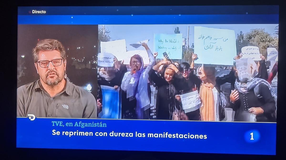 Luis Pérez informando para TVE desde Afganistán.